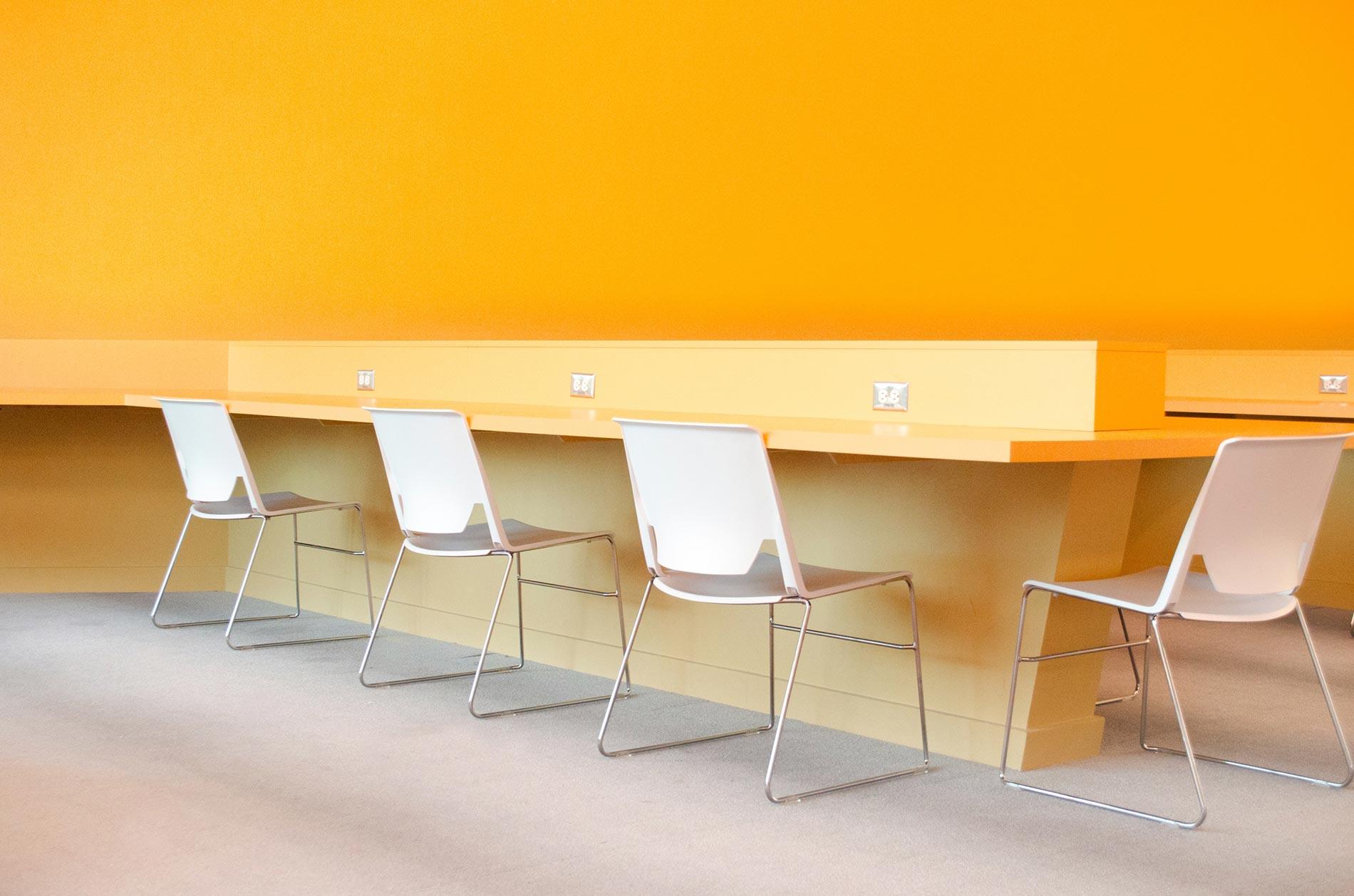 Une pièce jaune moderne